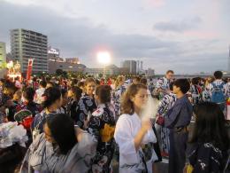 新潟まつり民謡流しに参加する外国人の皆さん